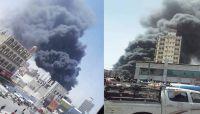 حريق هائل يلتهم مستودعاً لتخزين وقود السوق السوداء وسط صنعاء