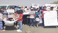 """أطفال مأرب يشيعون جثمان الطفلة """"ليان"""" ضحية القصف الحوثي على محطة وقود"""